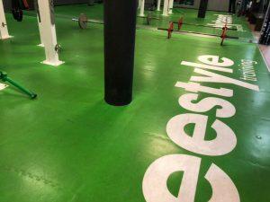 Vor der Grundreinigung der Freestylefläche in einem Fitnessclub