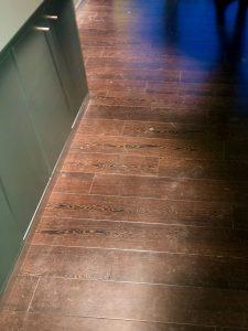 Vor der Grundreinigung und PU-Fußbodenbeschichtung/ Fußbodenbeschichtung eines Vinylbodens