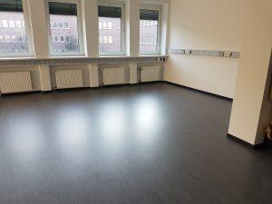 Maschinelle Fußbodengrundreinigung und Fußbodenbeschichtung mit Super-PU (Nach den Arbeiten)