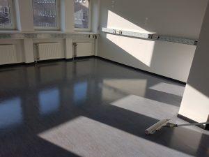 Maschinelle Fußbodengrundreinigung und Fußbodenbeschichtung mit Super-PU (Während der Arbeiten)